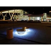 Умные скамейки с подсветкой и быстрой зарядкой для электротранспорта